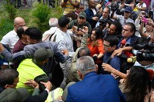 Miembros de la prensa entran a la fuerza al Parlamento de Venezuela.