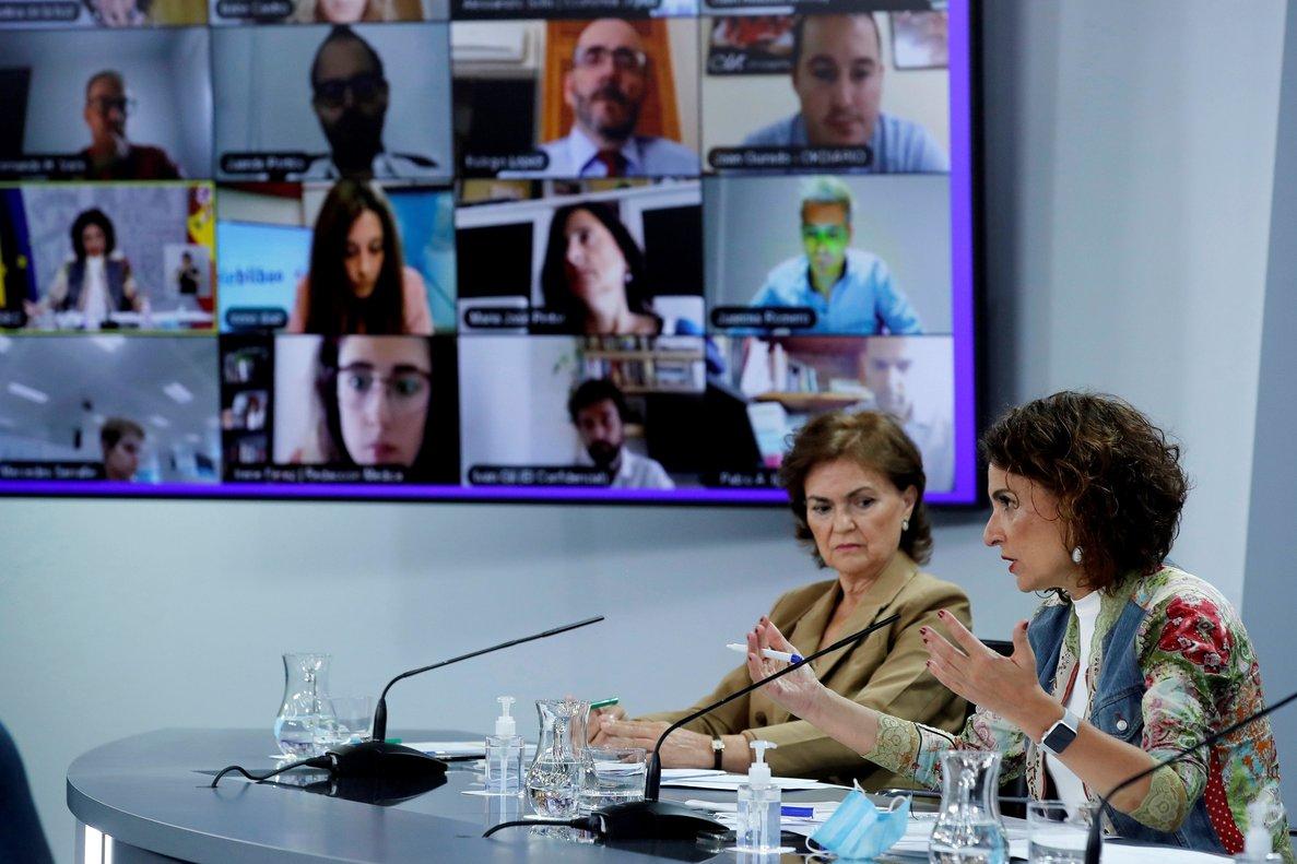 La vicepresidenta primera del Gobierno, Carmen Calvo, junto a la ministra de Hacienda y portavoz del Ejecutivo, María Jesús Montero, este 8 de septiembre en rueda de prensa en la Moncloa.