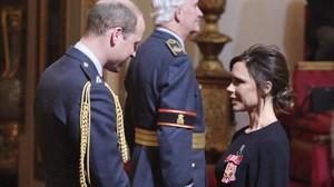 Victoria Beckham recibela Orden del Imperio Británico de manos del príncipe Guillermo, este miércoles.