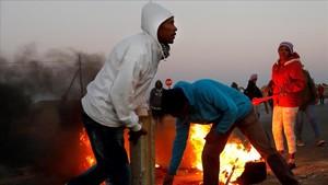 Manifestantes protestan en contra de la ocupación ilegal de terrenos en Johannesburgo el pasado 5 de septiembre de 2018.