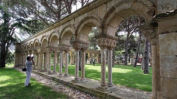 La finca Mas del Vent, a Palamós, obre les portes perquè la premsa i els experts puguin veure el claustre destil romànic.