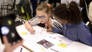Niñas en un taller de Spark Girls en el último YOMO, el festival para jóvenes del Mobile World Congress.