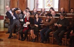 Bancada de ganadores de los premios Ciutat de Barcelona, este jueves, en el Saló de Cent del ayuntamiento.