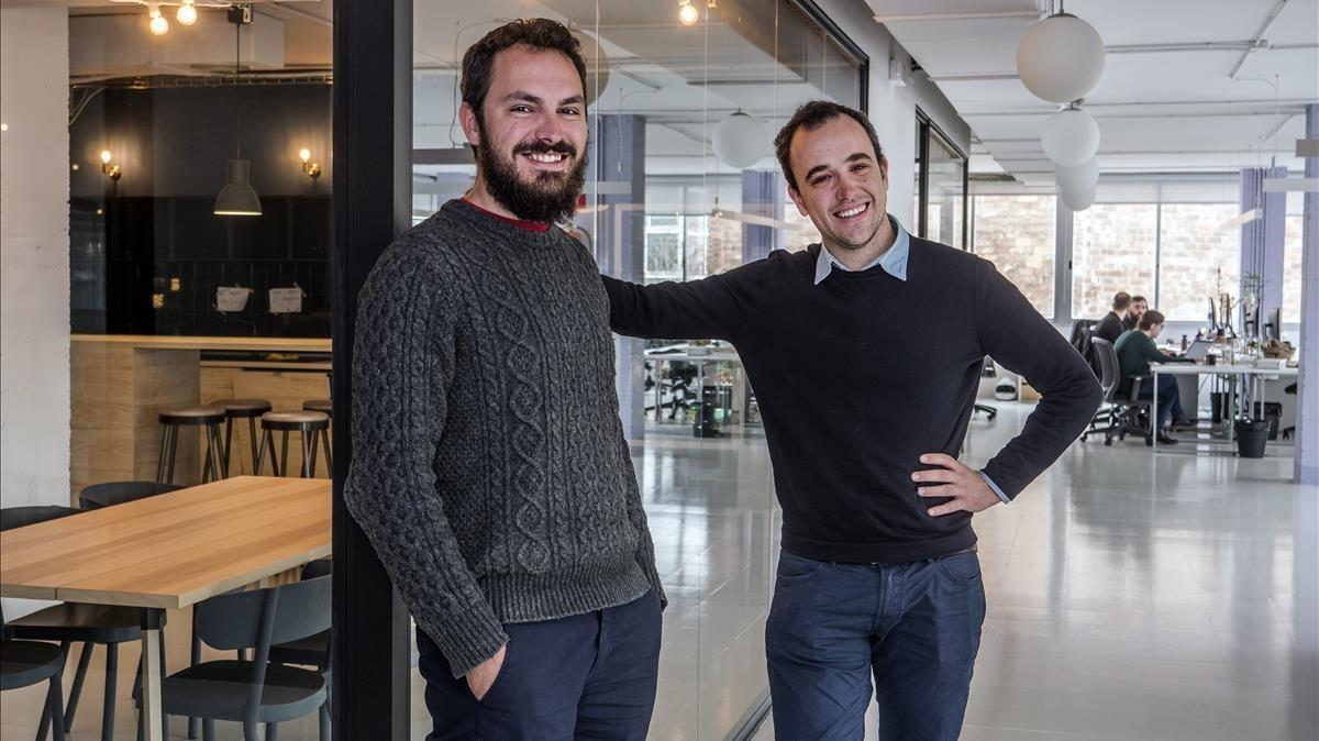 Dos de los fundadores de Factorial, Jordi Romero y Bernat Farrero, en la sede de la empresa.