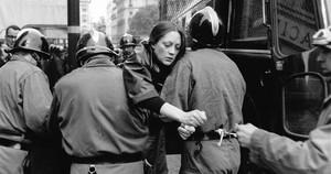 Una activista es detenida, en el Mayo Francés.