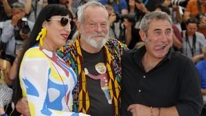 Terry Gilliam, con Sergi López y Rossy de Palma, en Cannes, este sábado.