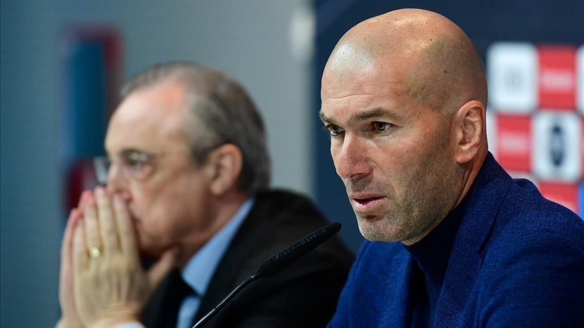 El día en que Zidane anunció su salida del Madrid. A la izquierda, Florentino Pérez.
