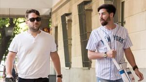 José Ángel Prenda (izquierda) y Jesús Escudero, miembros de La manada, en los juzgados de Sevilla el pasado 18 de julio.