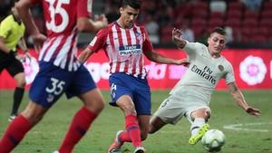 El atlético Rodrigo y el parisino Verrati, en pleno duelo.