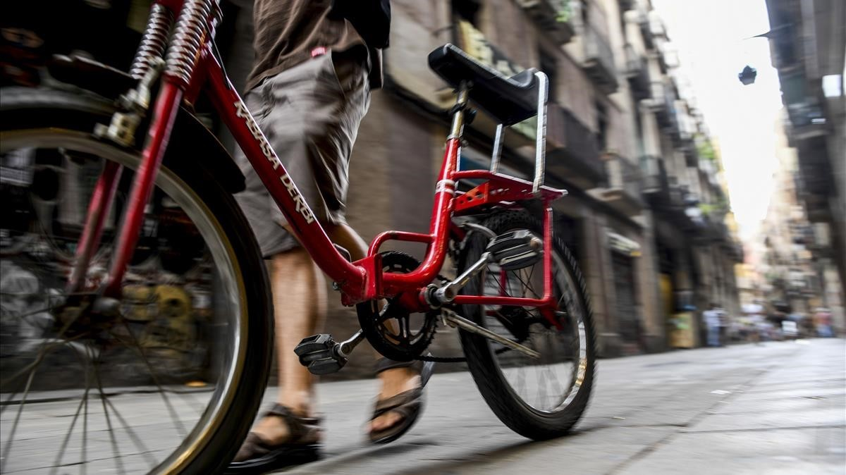 Marcello con la bicicleta, ya recuperada, en la calle Hospital de Barcelona.