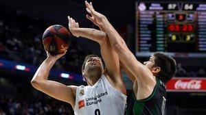 Felipe Reyes intenta superar la defensa de Marko Todorovic.