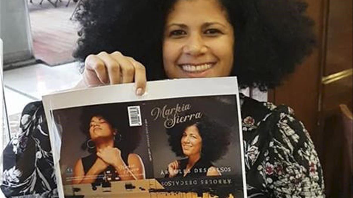 La cantautora cubana conlas primeras pruebas de la portada del disco.