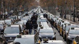 Taxistas en huelga en la Gran Via, este viernes.