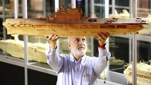 Genís Torrent, con unode las maquetas de barco queha creado con miles de palillos.