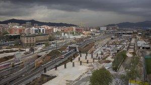 Vista de las obras de la estación de Sagrera desde el Pont de Bac de Roda.