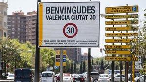 Cartel en la entrada norte de València en el que informa que se llega a una 'Ciutat 30'