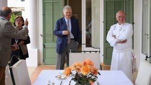 Maurici Botton, en la finca La Gramanosa, junto al cocinero Carles Gaig.