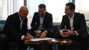De izquierda a derecha: Keith Block (Salesforce), Jordi Nicolau y Pere Nebot (CaixaBank)