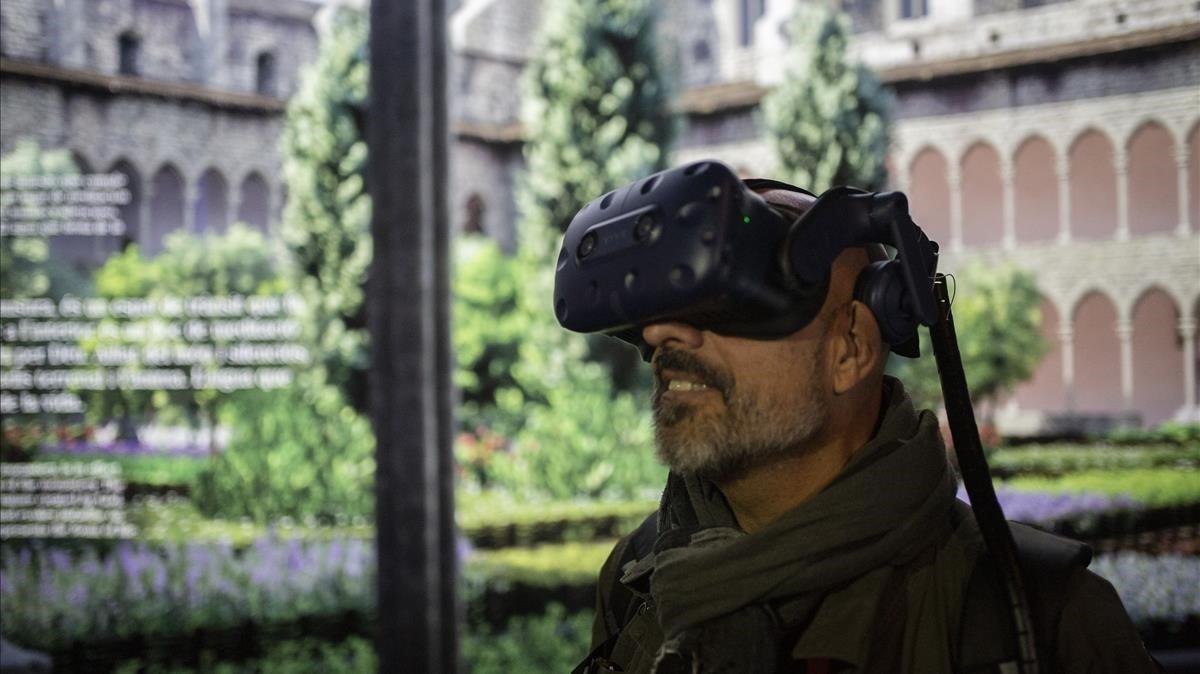 Un visitante del monasterio de Pedralbes con las gafas de realidad virtual.