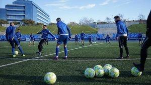 Los jugadores del Club de Fútbol Badalona se entrenan antes del partido de la Copa del Rey contra el Granada.