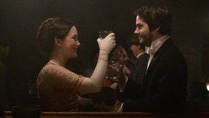 Victoria Pedretti y Dylan O'Brien en 'El sótano'.