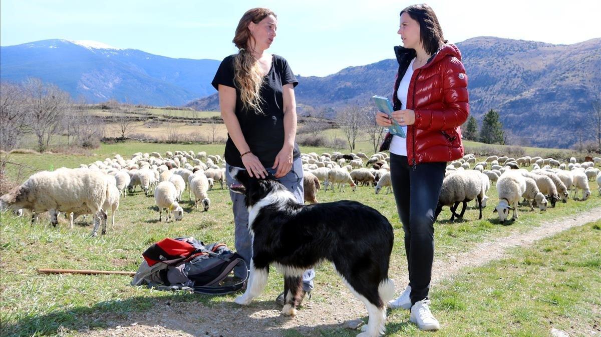 Anna Plana y Laura Gordó, protagonista y autora del libro 'La noia de les ovelles pigallades' (Cossetània Edicions), con el rebaño en las montañas de Llessui, en la Vall d'Àssua (Pallars Sobirà).