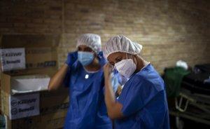 Personal sanitario se prepara para realizar pruebas PCR a ciudadanos de Vilafranca del Penedès.