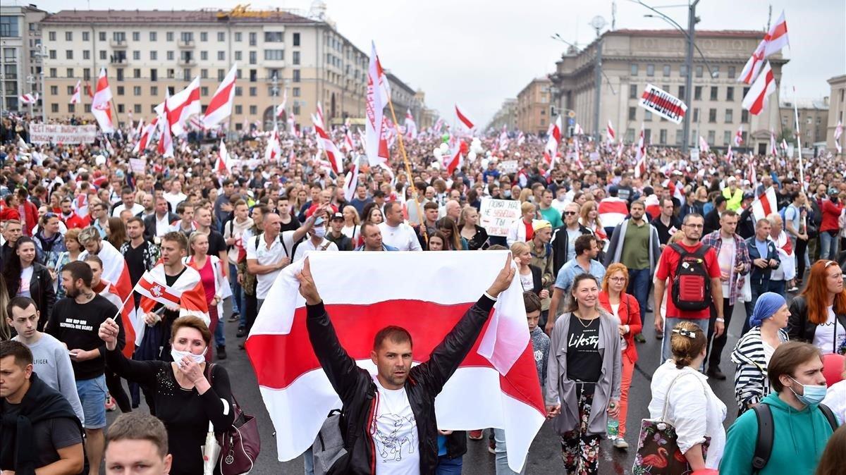 Desenes de milers de bielorussos desafien l'amenaça de repressió de Lukaixenko