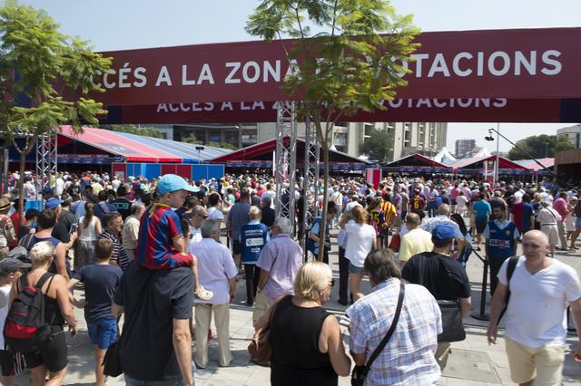 La zona habilitada en el Camp Nou para las elecciones presenta una gran asistencia de votantes.