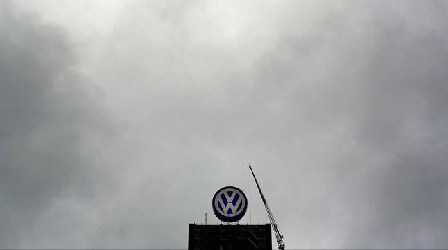 El logo de Volkswagen, en la sede central de la compañía, en Wolfsburgo.