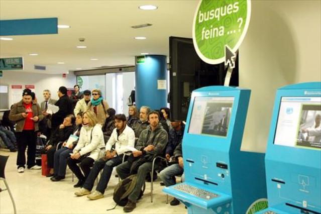 <b>OFICINA DEL SOC .</b> Aturats a la sala despera duna oficina docupació de la Generalitat.