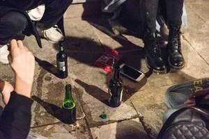 Unos jóvenes hacen botellón en la vía pública.