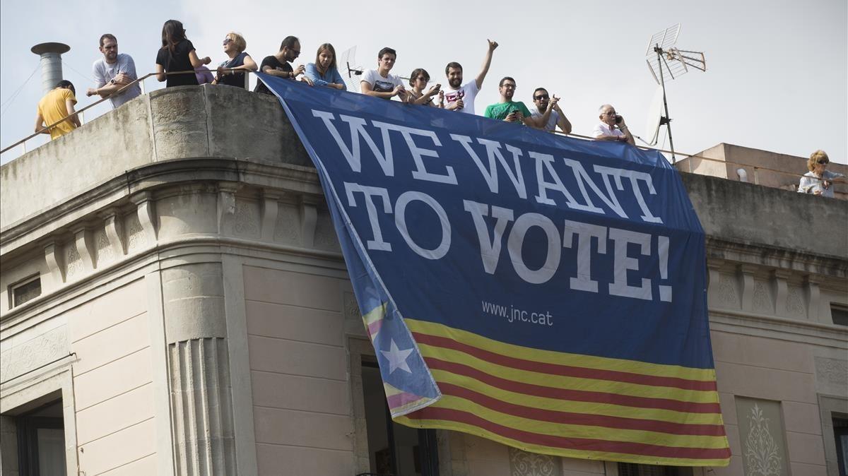 Pancarta We want to vote durante las Fiestas de la Mercè