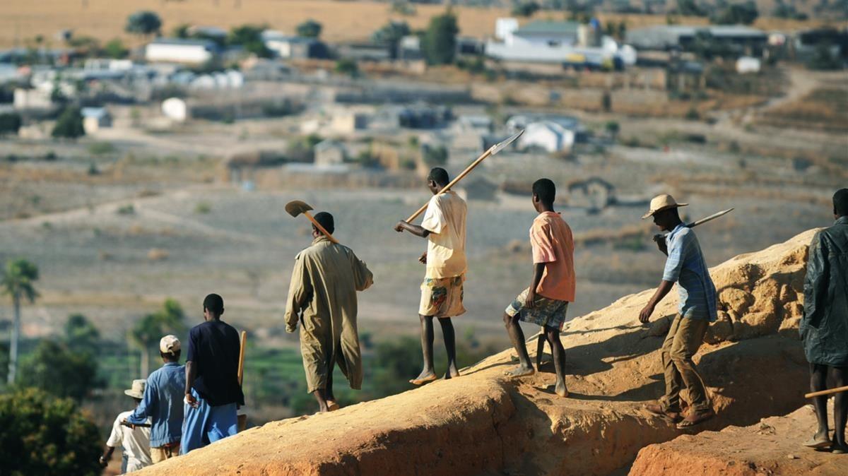Mineros de un pueblo del sur de Magadascar