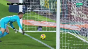 El balón traspasa la línea de gol ante Neto.