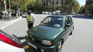 Policía multando a un vehículo