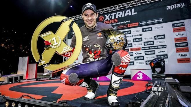 Toni Bou (Repsol Honda) muestra el trofeo del 23 título mundial de trial.