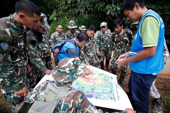 Los equipos de salvamento examinan un mapa de la cueva de Tailandia
