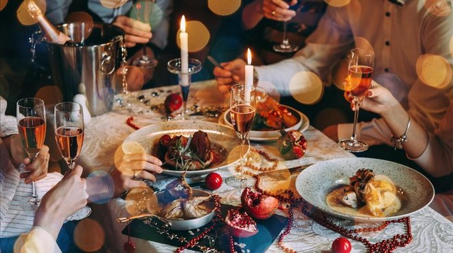Seis personas en la cena de Navidad