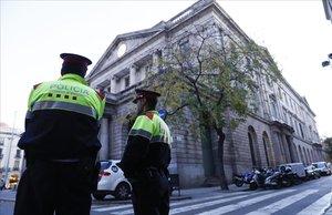 Un binomio de mossos custodia la Llotja de Mar, donde, en diciembre pasado, se iba a celebrar el Consejo de Ministros.