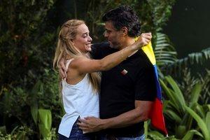 Leopoldo López abraza a su esposa Lilian Tintori en los exteriores de la embajada de España en Caracas.
