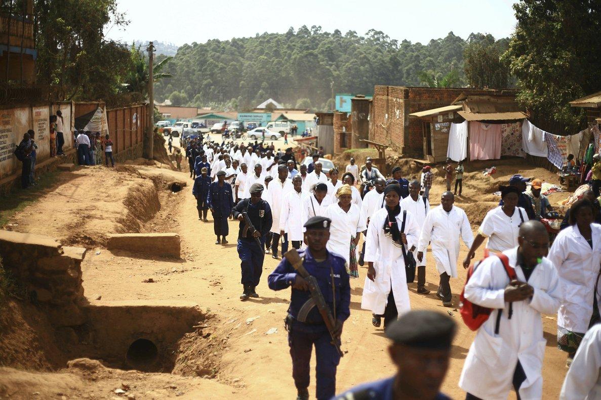 Personal médico escoltado por militares en la zona de Butembo, en el Congo.