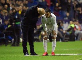 Eden Hazard (d) habla con Zidane durante un partido del Madrid.