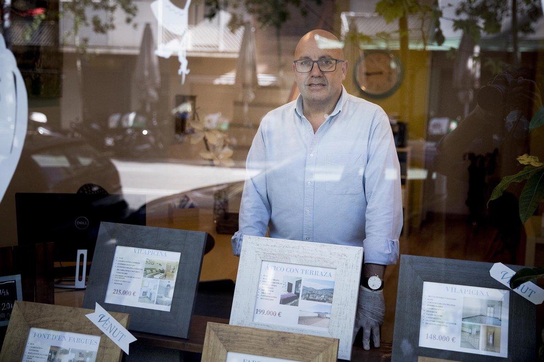 Fran Cruz, en su inmobiliaria CVM Pisos de la calle de Fabra i Puig.