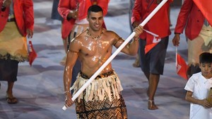 El abanderado de Tonga, Nikolas Taufatofua, durante la ceremonia de inauguración de los Juegos Olímpicos de Río 2016.
