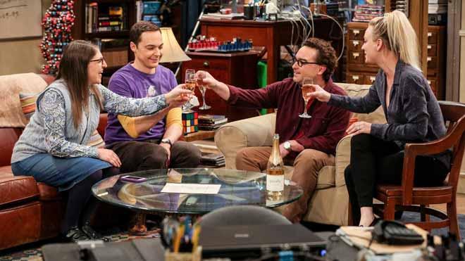 Acaba 'The Big Bang theory'. En la foto,Mayim Bialik (Amy), Jim Parsons (Sheldon),Johnny Galecki (Leonard) yKaley Cuoco (Penny), en la última temporada de la serie.