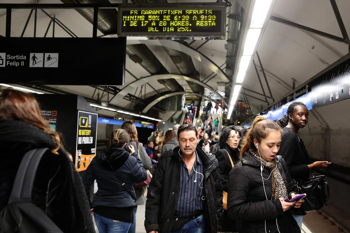 Aglomeraciones en estaciones de metro de Barcelona por la huelga del 8-M