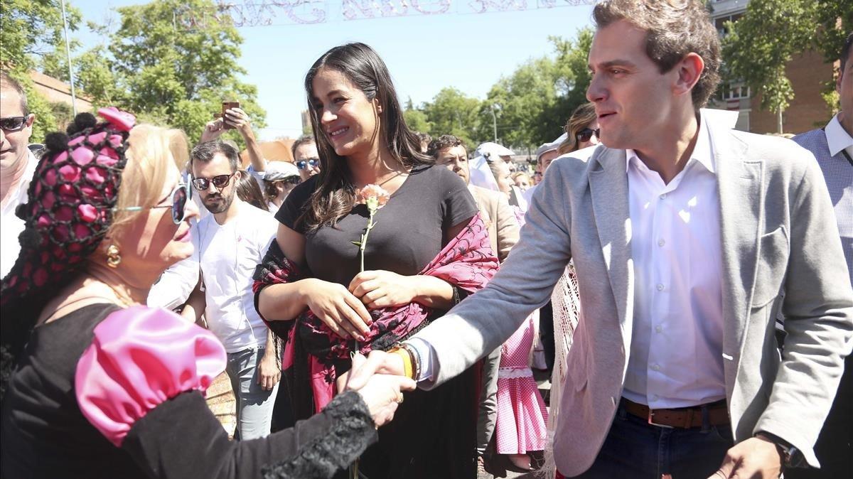 La candidata de Ciudadanos a la Alcaldía de Madrid, Begoña Villacís, junto al presidente de la formación, Albert Rivera, en la Pradera de San Isidro.