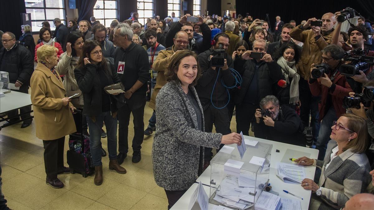 La alcaldesa de Barcelona, Ada Colau, vota en el centro cívico La Sedeta de Barcelona.