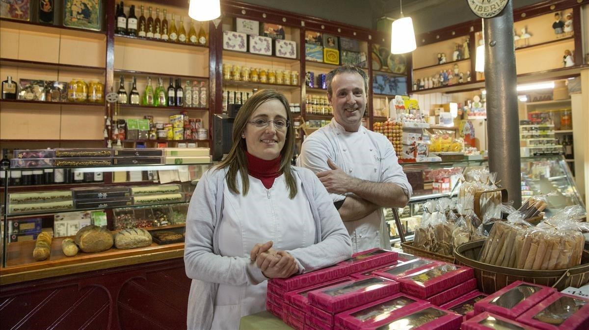 Anna y Francesc Puigdemont en el negocio familiar en Amer (Selva).